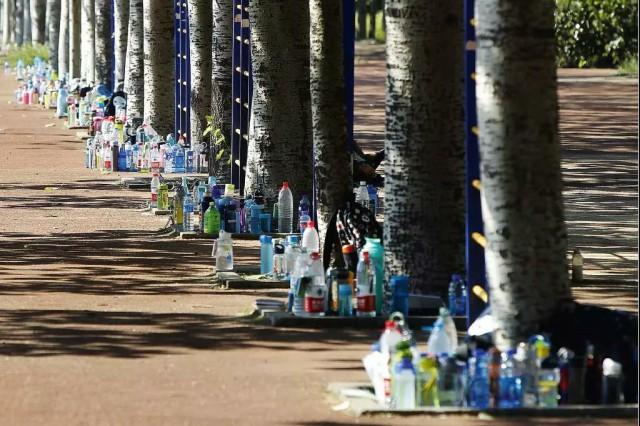 喝的是瓶装水,咽下的是塑料颗粒